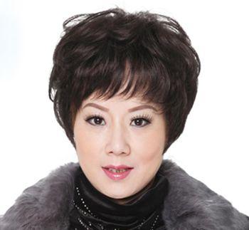 这款气质的侧分短发发型搭配对于中年女性来说再合适不过,齐肩的图片