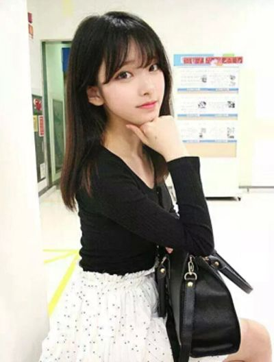 再来看看这款适合瓜子脸学生女的空气齐 刘海长直发吧,灵动的刘海