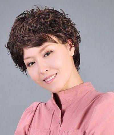 中老年女士蓬松小卷短烫发-老年发型图片 中老年漂亮发型