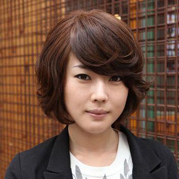 女学生长脸适合的短发发型