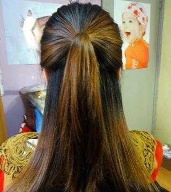 头发是怎样扎直发马尾的~ 第一步:将柔顺飘逸的带有棕黄色挑染的发丝图片