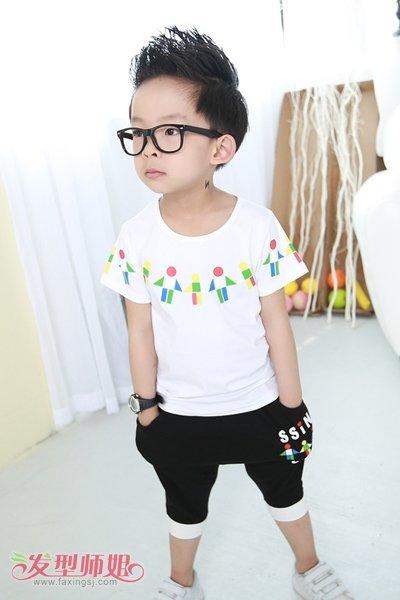 搭配上黑色黑色边框的眼镜彰显出小男孩的调皮活波的