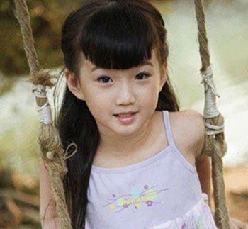 8岁幼女qvod_的长发发型十分凸显小女孩的天真可爱感,这款发型最大的亮点