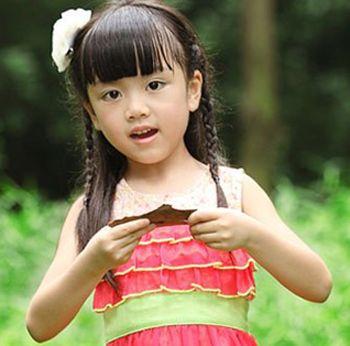 小女孩的天真可爱感,这款发型最大的亮点在于弧形的