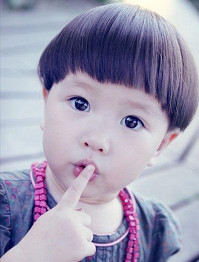 短发流行至今,在造型师手中演变出多种风格各异的新奇造型,这款小女孩图片