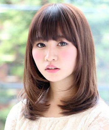 发型师姐编辑:micky 分享到  这款内扣式的直发发型搭配女生的长脸图片