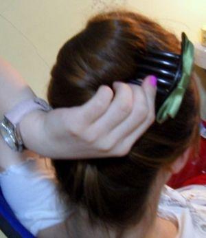 学生简单盘头发步骤 夏季学生简易盘头发型方法(4)