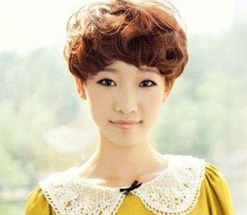 这款适合长脸女生的蓬松短烫发发型十分凸显成熟气质,齐耳的剪裁搭配图片