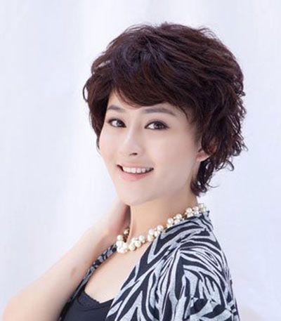 50岁女人短发最新发型_july 分享到  这款造型相对简约时尚的50岁女士斜刘海清爽时尚短发