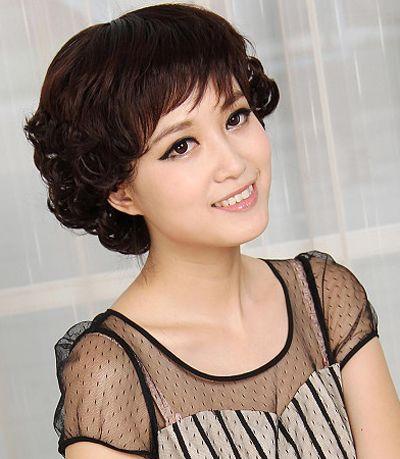 胖脸中老年女士发型  这款胖脸中老年女士斜 刘海短烫发发式,简单利落