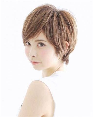 短发发型, 刘海的搭配也是不错的,从额头位置梳过去的头发,线条微微想