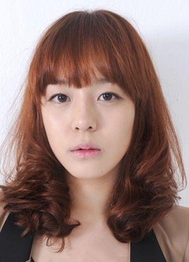 大方脸碎发齐刘海层次卷发发型-大脸烫什么样的头发好看 哪种烫发适