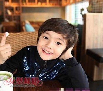 带有微卷设计的发丝将小男孩呆萌可爱的气质完美的展现了出来.