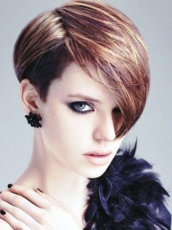 短发发型,搭配女生的圆脸脸型再合适不过,侧分的设计将脸颊一侧较长的图片