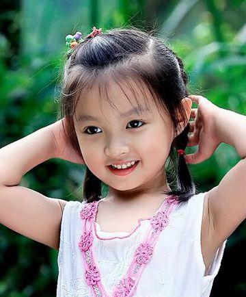 流行发型 蘑菇头 >> 小孩蘑菇头短发应该怎样扎好看 小女孩蘑菇头短发图片