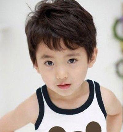 3岁小男孩斜分刘海清爽时尚短发发型-4岁男孩儿的发型 3岁男孩发型图