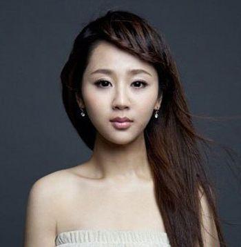 这款适合圆脸的 刘海编发发型一直是流行的大热款造型,将额前刘海图片