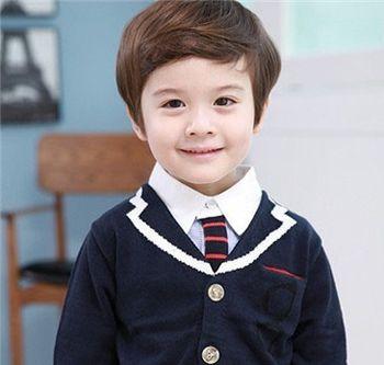 发型师姐编辑:micky 分享到  这款适合小男生的帅气斜刘海发型设计图片
