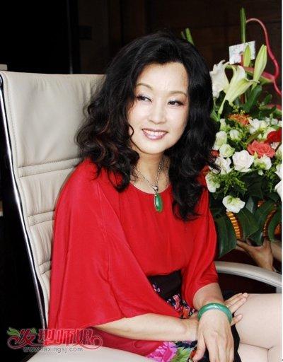 齐肩长卷发时尚发型-50岁中年妇女圆脸适合什么烫发发型 中年圆脸女图片