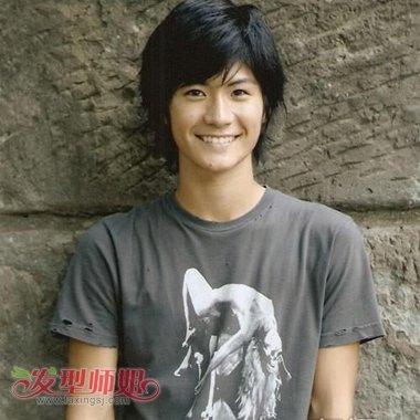 发型师姐编辑:aainforest 分享到  留长发的男学生梳理这款斜刘海波波