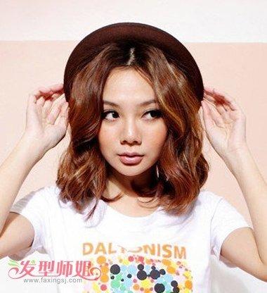 方脸适合什么发型 女孩方脸适合的长发蛋卷头发型图片