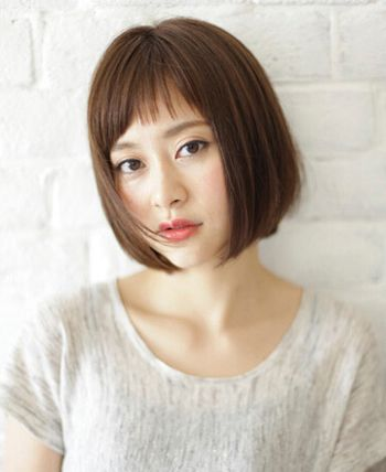 直发和蓬松凌乱的短 烫发之间,蓬松而灵动的女士 短发 纹理烫发型