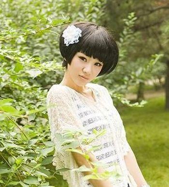 女生蘑菇头短发发型怎样搭配衣服