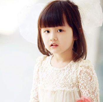 可爱的小圆脸搭配上整齐的刘海更添可爱感,简单的短发波波头上搭配图片