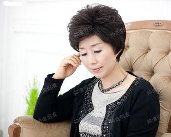 中年女性大多数都会选择干练的 短发发型,这款将耳朵下方的发丝烫出图片