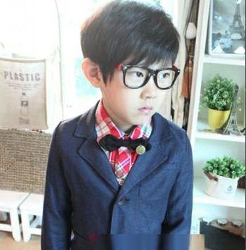 搭配上黑色边框的眼镜将小男孩乖巧可爱的个性完美的