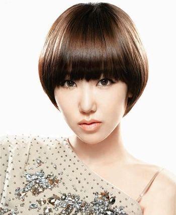 也是分成的漂亮时尚的,造型光滑服帖的沙宣蘑菇头发型,将长脸修饰成图片