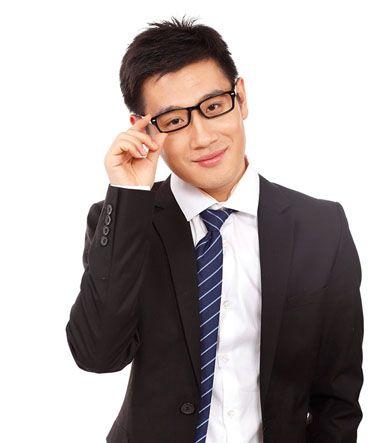 适合方脸头发少戴眼镜男生的发型