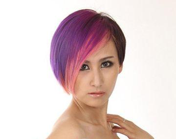 柔顺的短 直发被挑染成靓丽的紫色以及酱红色,紧贴脸颊稍带内扣的发图片