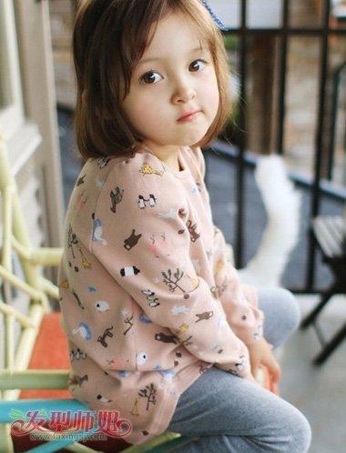 小女孩中分后梳刘海包脸内扣波波头发型,短发从两边开始往内侧梳,保持
