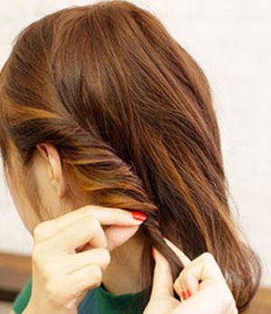 怎么把卷卷的短头发盘起来 中年卷发简单盘头发的方法