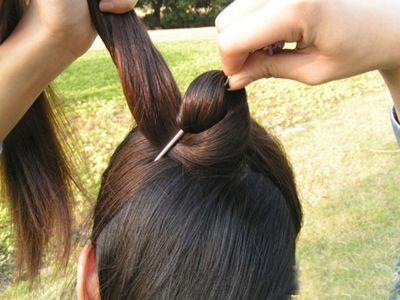 发型设计 盘发 >> 复古盘头发的方法 古典盘头发图解(3)  2015-09-24图片