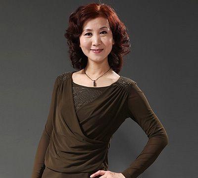 中年妇女烫发的发型 中年人最新的流行烫发发型图片图片