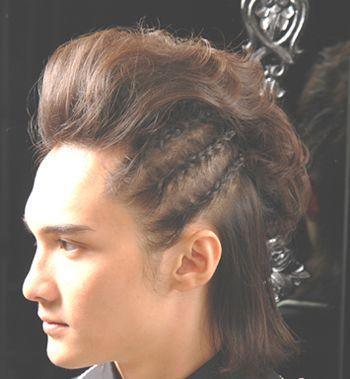 纹理烫,三七分的 发型设计在发量少的一侧编织成几条精致的 蝎子辫,痞图片