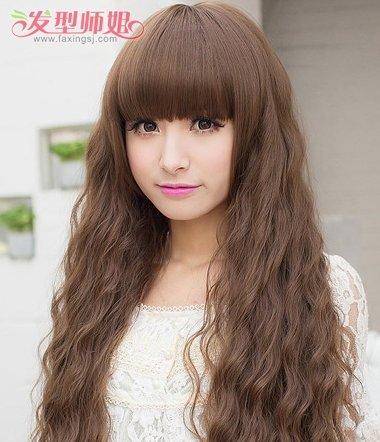 烫发发型是比较能修饰脸型的,对圆脸的女生来说,烫不同款式的 卷发图片
