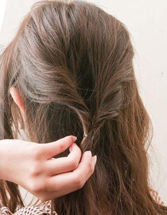 女生戴眼镜有刘海长发简单发型扎法 女生扎普通发型步骤(2)图片