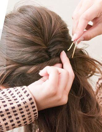 女生戴眼镜有刘海长发简单发型扎法 女生扎普通发型步骤(5)图片