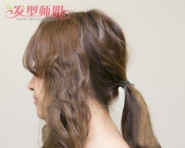 用电卷棒分层次把头发做成 纹理烫小卷,脑后的头发用小皮筋固定.