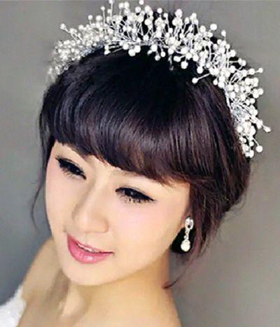 现在越来越多的新娘选择简约的盘发发型,整齐的刘海搭配上两侧的长发图片