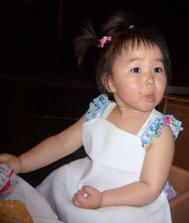 小女孩空气刘海后梳扎短发发型