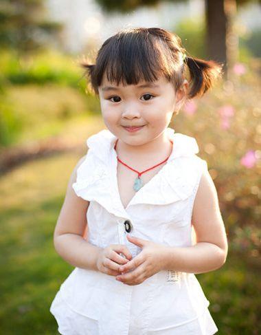 小女孩简单大方短头发发型的扎法