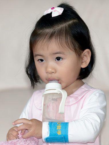 小女孩简单大方短头发发型的扎法(2)