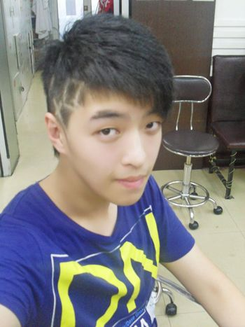 初中男生斜刘海毛碎短发发型图片