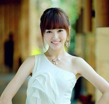 流行发型 马尾 >> 适合中发平刘海简单的马尾辫 简单漂亮的有平刘海的图片