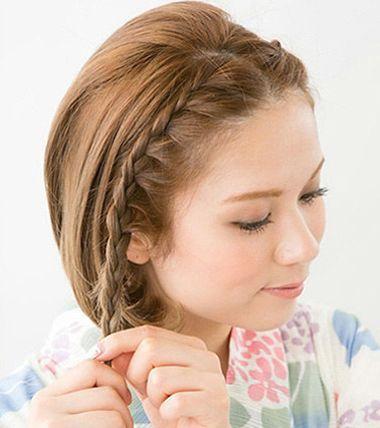 第一步:中分造型的发丝将两侧的短发编织成精致的四股 蜈蚣辫.图片