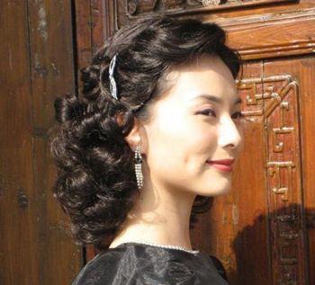 中年女烫短发如何搭配 烫发短发发型老中年发型(4)图片